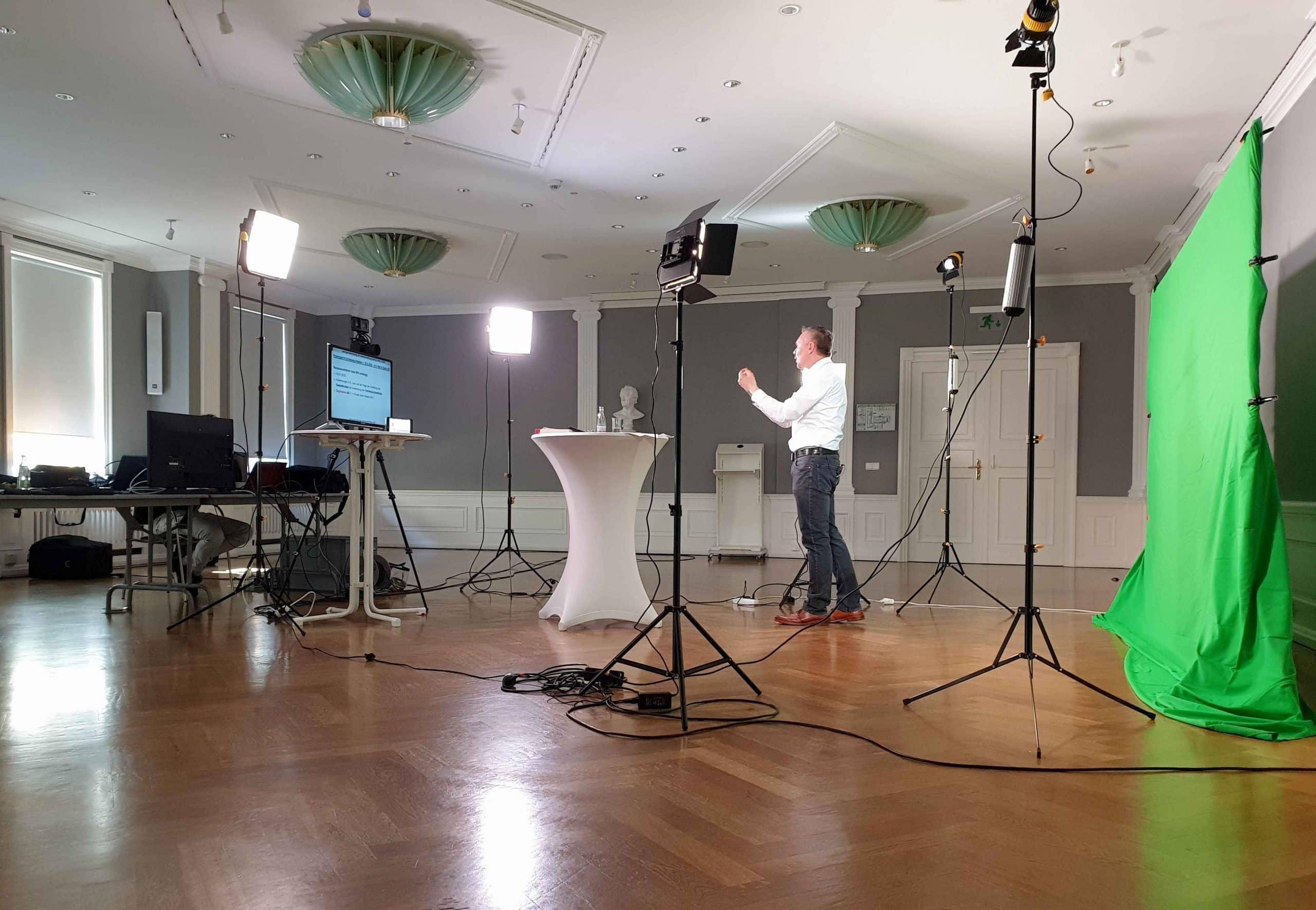 Bilder einer Greenscreen-Produktion hinter den Kulissen